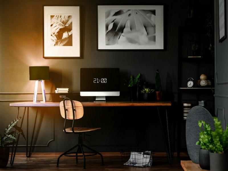 LIFX Schreibtischlampe auf einem Schreibtisch