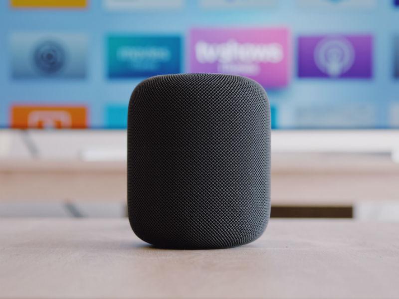 Apple HomePod vor Fernseher