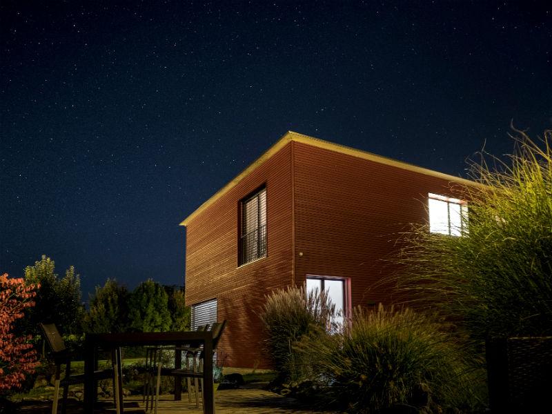 Ein erleuchtetes Haus in der Nacht