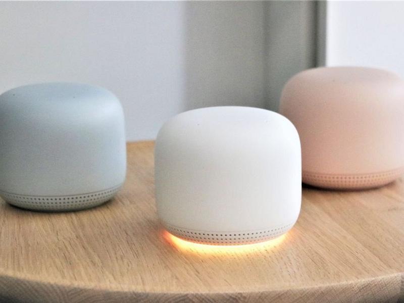 Drei Produkte der Google Nest Wifi-Serie nebeneinander in verschiedenen Farben.