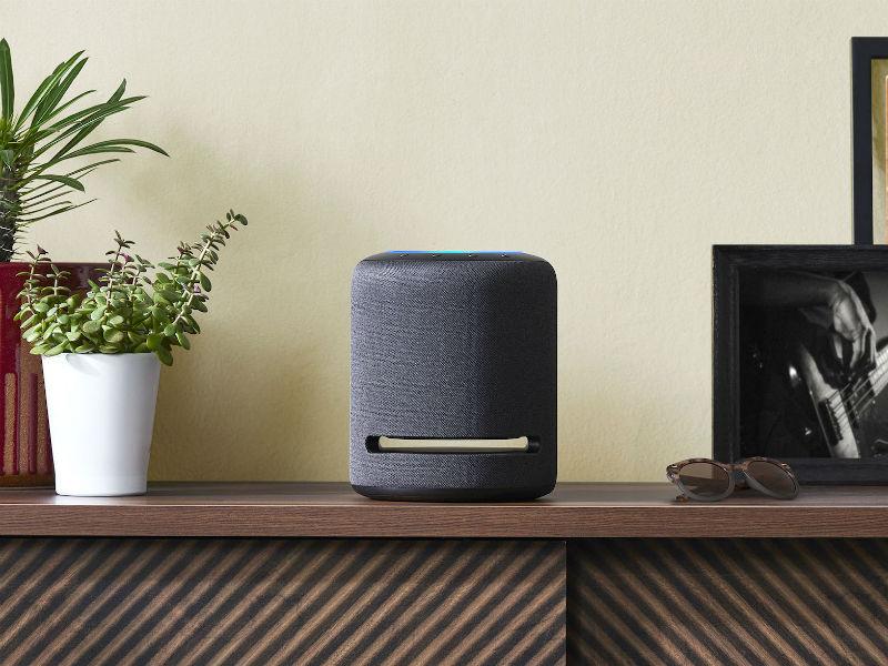 Amazon Echo Studio auf Sideboard