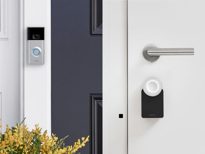 Ring Video Doorbell vor Haustür, daneben Nuki-Schloss an Haustür