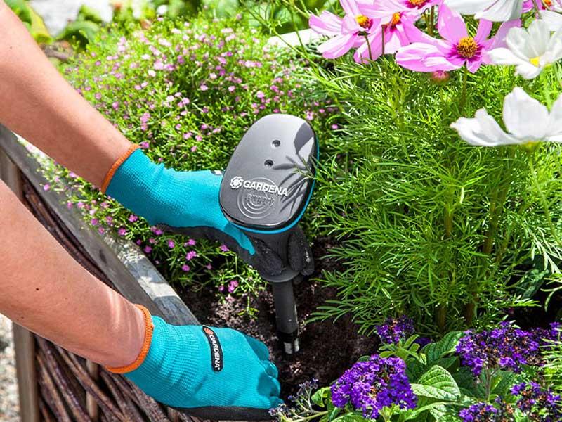 GARDENA smarter Wassersensor im Blumenbeet