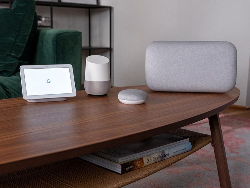 Google Home Lautsprecher unterschiedlicher Bauweise