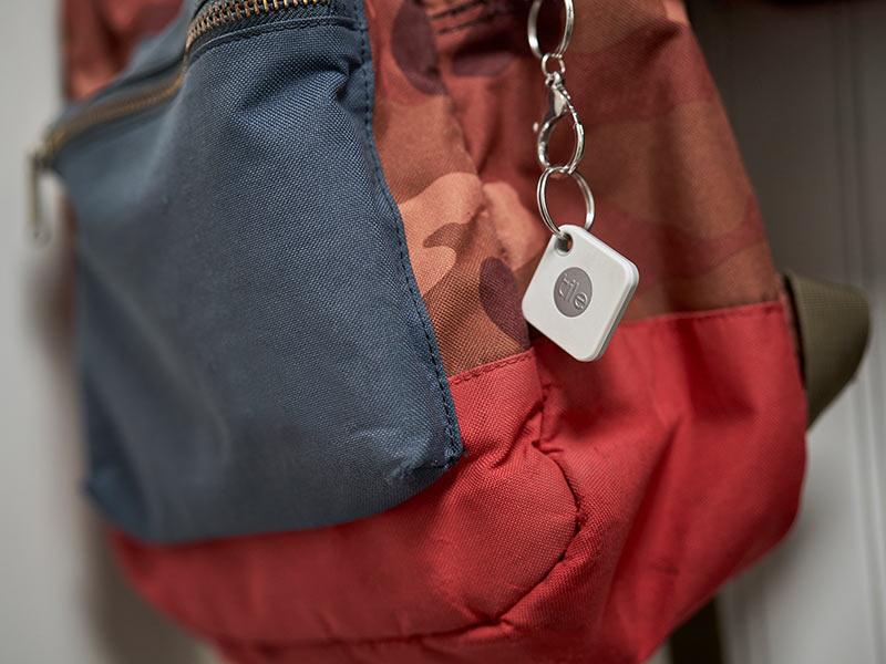 Tile als Apple AirTags Alternative: Tracker an einem Rucksack