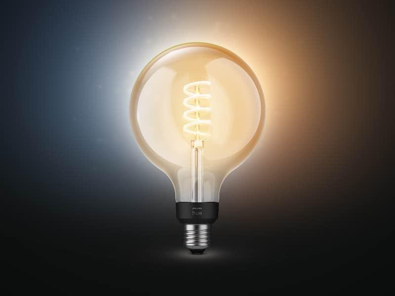Philips Hue White Ambiance Filament E27-Lampe in der Globe-Version: vermag ab kaltweiß und warmweiß darzustellen.