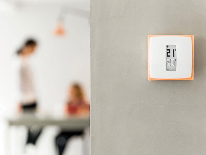 Netatmo Thermostat Anleitung: Thermostat hängt funktionsfähig an der Wand.